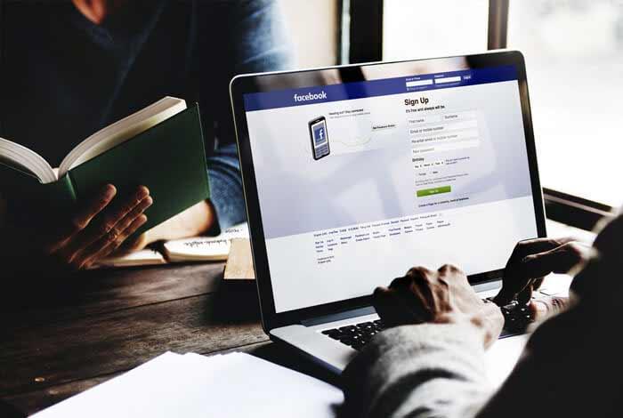 ucenik se loguje u facebook na vikend radionici facebook oglasavanja