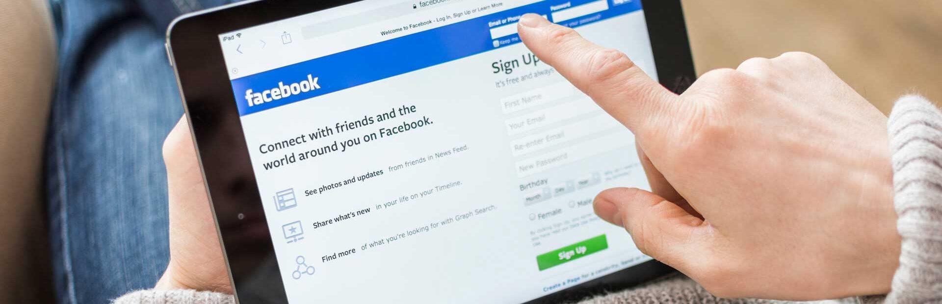 ucenik se loguje u facebook da bi radio kurs facebook oglasavanja
